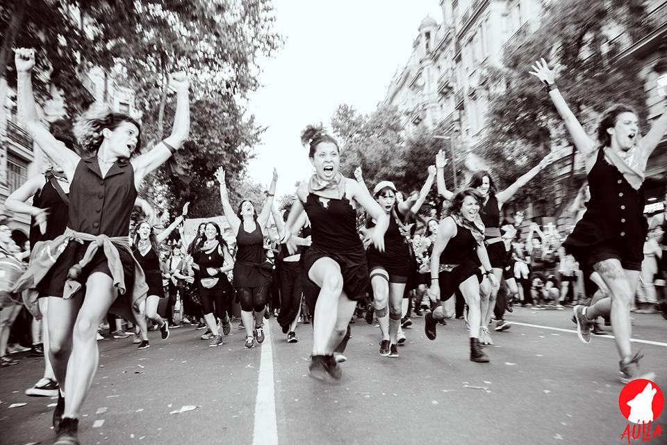 Marcha y performance durante el #8M en #CABA